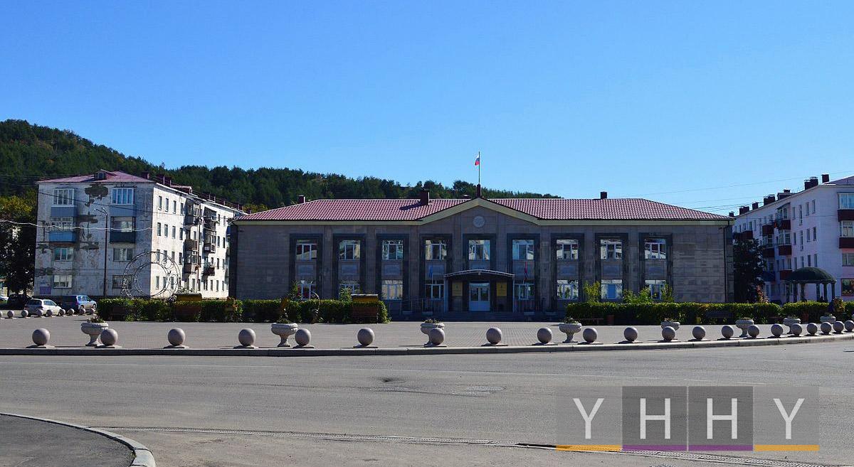 Центральная площадь Углегорска и здание администрации