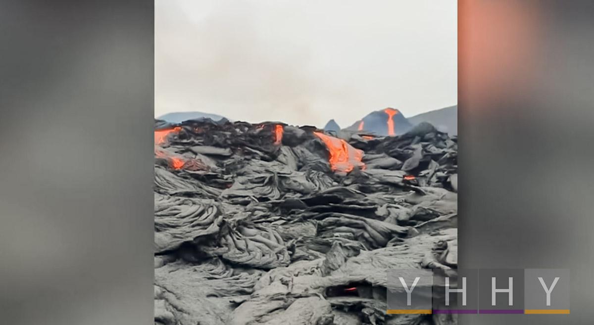 Вид на фонтаны лавы вулкана Фаградалсфьялла в Исландии
