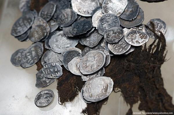 """В московском парке """"Зарядье"""" обнаружен клад старинных монет"""